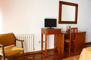 A television and/or entertainment center at Hotel Os Caracoles