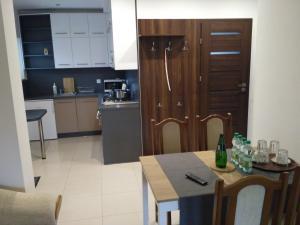 A kitchen or kitchenette at Apartament Legnicka 1