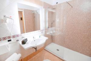 A bathroom at Hotel Rivage