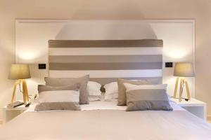 A bed or beds in a room at Hotel Rivage