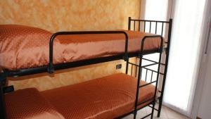Letto o letti a castello in una camera di Apartment Residence Acapulco