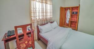 A bed or beds in a room at Admiralty Serviced Apartments