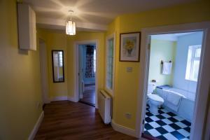 A bathroom at Arasáin Bhalor