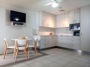 A kitchen or kitchenette at Cranbourne Court Unit 7