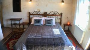 Een bed of bedden in een kamer bij Kemal's Guest House
