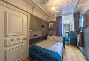 A bed or beds in a room at Taksim Avenue