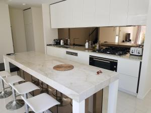 A kitchen or kitchenette at New Spacious Beachside townhouse