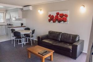 A seating area at Blue Whale Motor Inn & Apartments