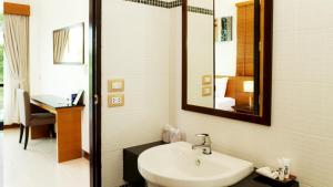 A bathroom at Khaolak Blue Lagoon Resort