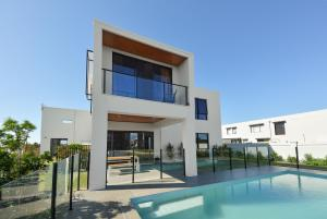 The swimming pool at or near Luxury Home Mermaid Waters with Lake View
