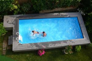 Výhled na bazén z ubytování Appartamenti Falco nebo okolí