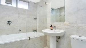 A bathroom at One Bedroom Apartment with Jaw Dropping Harbour Views (CBELA)