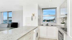A kitchen or kitchenette at One Bedroom Apartment with Jaw Dropping Harbour Views (CBELA)