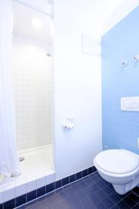 A bathroom at HI Munich Park Youth Hostel
