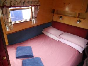 A bed or beds in a room at Boatel Birmingham