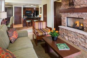 A seating area at Hyatt Residence Club Sedona, Piñon Pointe