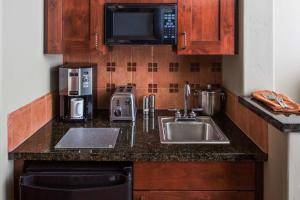 A kitchen or kitchenette at Hyatt Residence Club Sedona, Piñon Pointe
