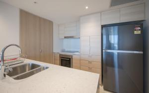 A kitchen or kitchenette at HomePlus Premier Apartments at 2663 Gold Coast Hwy, Broadbeach