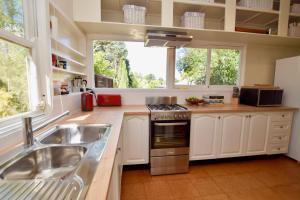 A kitchen or kitchenette at Calamandah House of Blackheath