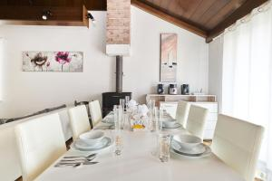 A restaurant or other place to eat at Apartments Gvarda