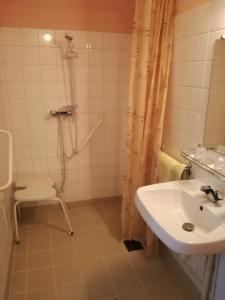 A bathroom at Hôtel l'Eden