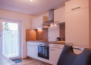 Küche/Küchenzeile in der Unterkunft FeWo Goebel Beethovenstraße