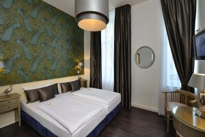 A bed or beds in a room at Hotel Domstern