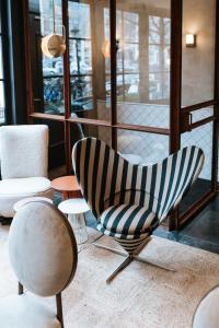 Ein Sitzbereich in der Unterkunft The Times Hotel