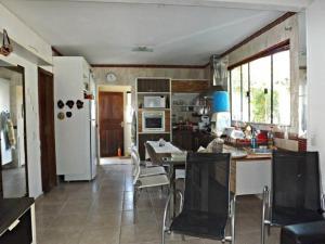 A kitchen or kitchenette at Casa com piscina para a temporada - cod 31