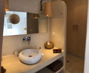 A bathroom at Villa DAR KAHINA