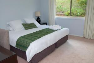 A bed or beds in a room at Loxley On Bellbird Hill