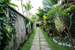 Ein Garten an der Unterkunft Sasa Bali Villas