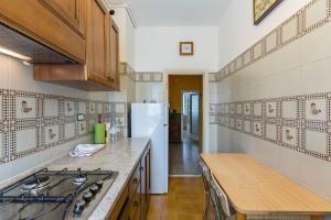 A kitchen or kitchenette at Pochi minuti da metro, calmo, verde, wifi, parcheggio