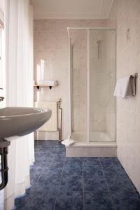 A bathroom at Landgasthaus Blick ins Tal