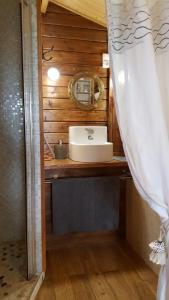 A bathroom at Le Bassin du Tertre