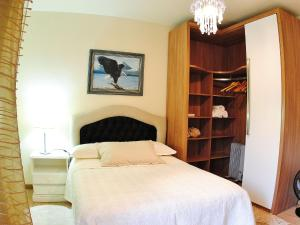 A bed or beds in a room at Apartamento da Serra