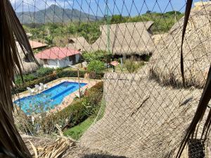 Uitzicht op het zwembad bij Palomino Breeze Hostal of in de buurt