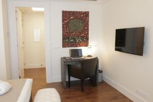A television and/or entertainment center at Art de Sejour - B&B