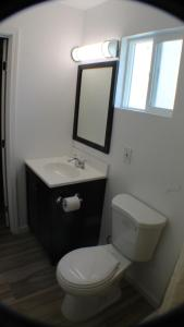 A bathroom at Aristocrat Motel