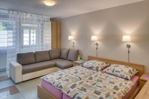 A bed or beds in a room at Apartements Studio 964