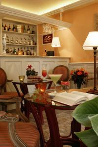 A restaurant or other place to eat at Hostellerie du Passeur- Hotel & Restaurant -Piscine chauffée privée à 200m