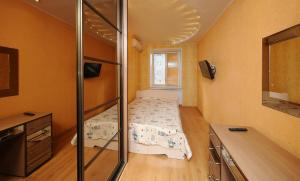 Кровать или кровати в номере Omsk Sutki Apartments at Pushkina 99 floor 3