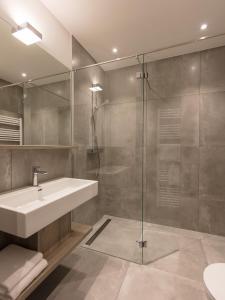 A bathroom at DECK 8 DESIGNHOTEL.SOEST