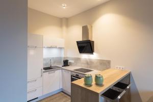 A kitchen or kitchenette at DECK 8 DESIGNHOTEL.SOEST