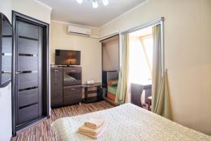 Кровать или кровати в номере Гостиница «Три Звезды» на Донецкой