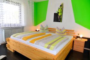 Ein Bett oder Betten in einem Zimmer der Unterkunft Pension Erika