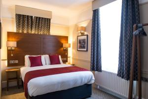 A bed or beds in a room at Innkeeper's Lodge Maidstone