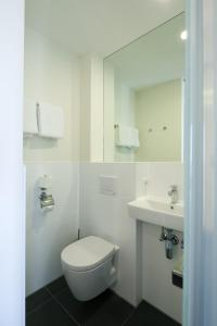 A bathroom at easyHotel The Hague Scheveningen Beach