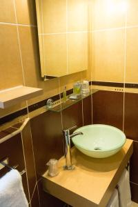 A bathroom at Hôtel Le Home Saint Louis