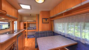 En eller flere køjesenge i et værelse på Guldager Camping